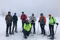 Parta nadšenců z Krumlovska vyrazila v pátek na Šumavu na hřebenovou túru na sněžnicích.