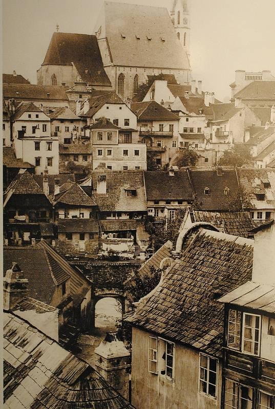 Ve spolupráci s Museem Fotoateliér Seidel připravilo centrum desítky fotografií z doby Schieleho života (1890-1918). Na snímku fortna, Parkán a kostel sv. Víta.