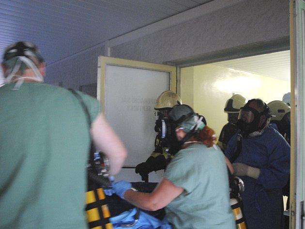 Uspanou pacientku personál vyváží na chodbu.