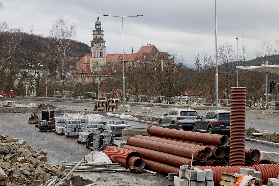 Stavba pokračuje, ale krytý perón se pro cestující otvírá v neděli 9. prosince.