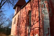 Kostel svatého Mikuláše v Boleticích je místem, kde návštěvníci pocítí chvění. To vše má na svědomí ojedinělá atmosféra a duch dějin, který tu promlouvá na každém nároží.