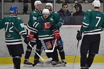 Hrající krumlovský kouč Kamil Šťastný (uprostřed) se spolu se svými spoluhráči raduje z hattricku při druhém finále na domácím ledě.