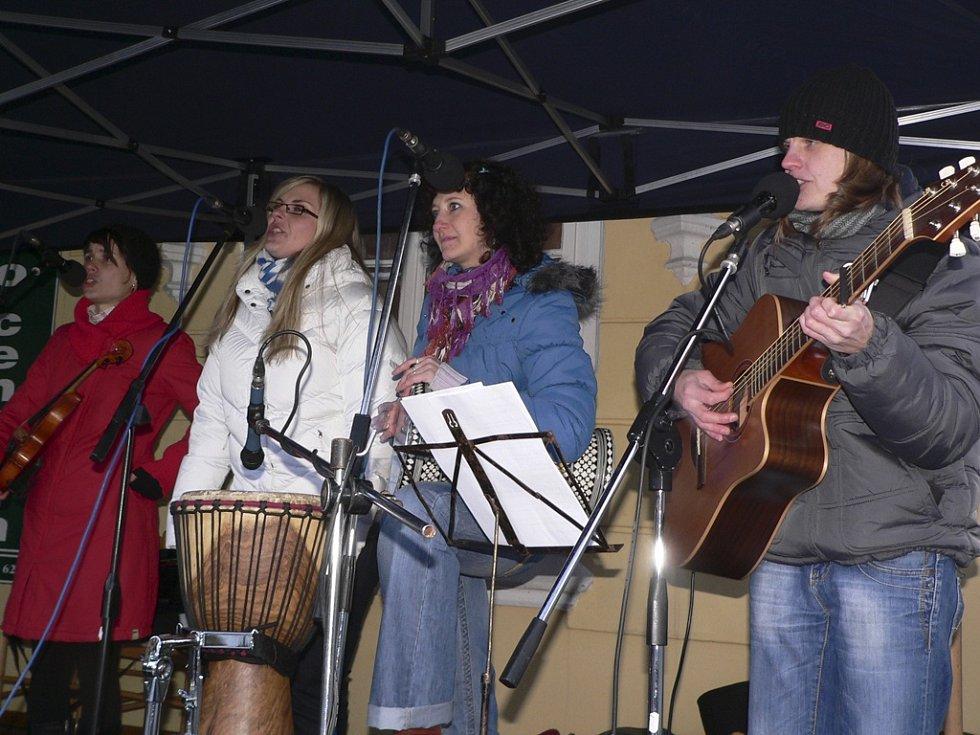 U staré radnice hrála a zpívala skupina Lakomá Barka.