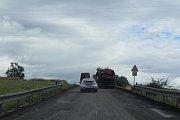 Silnice se nyní frézuje v místě zvaném Harazim.