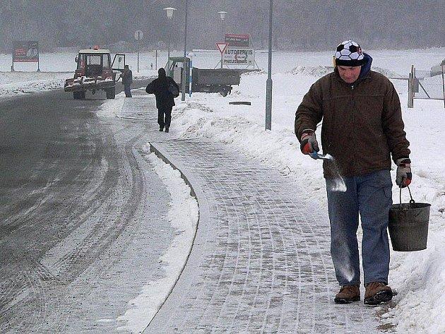 Také vozovky a chodníky v Dolním Třeboníně včera pořádně klouzaly. Prosolit je tedy bylo třeba zejména od stanice STK směrem ke vsi.