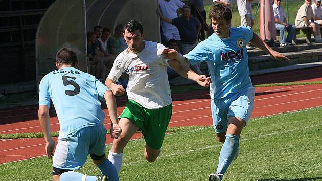 Slavoj měl v utkání herní převahu, ale nakonec se musel spokojit s remízou, kterou v nastavení zařídil Petr Boháč (uprostřed).