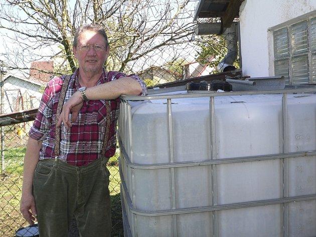 Při práci na zahradě Českokrumlovský deník zastihl Gerharda Schörhaufera z Kájova.