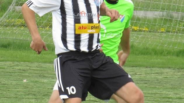 Velkou chválu od svého trenéra za výkon proti Dřítni sklidil kaplický matador Petr Janura (u míče před hostujícím Markem Wernerem).