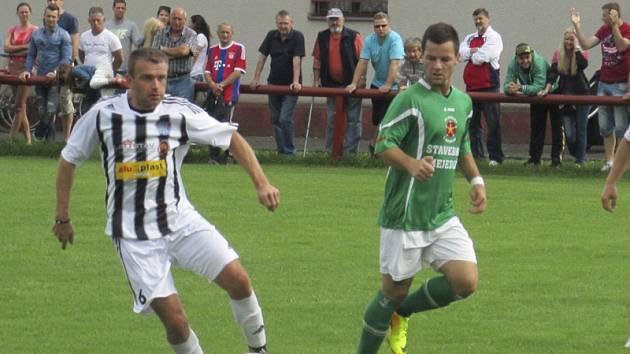 Stovka fanoušků v neděli viděla překvapivé vítězství Spartaku nad divizním Slavojem (vlevo u míče domácí Petr Janura sledovaný Jakubem Kabelem).