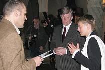 Bývalý ministr kultury Václav Riedlbauch připodpisu smlouvy o dotaci v červnu 2010