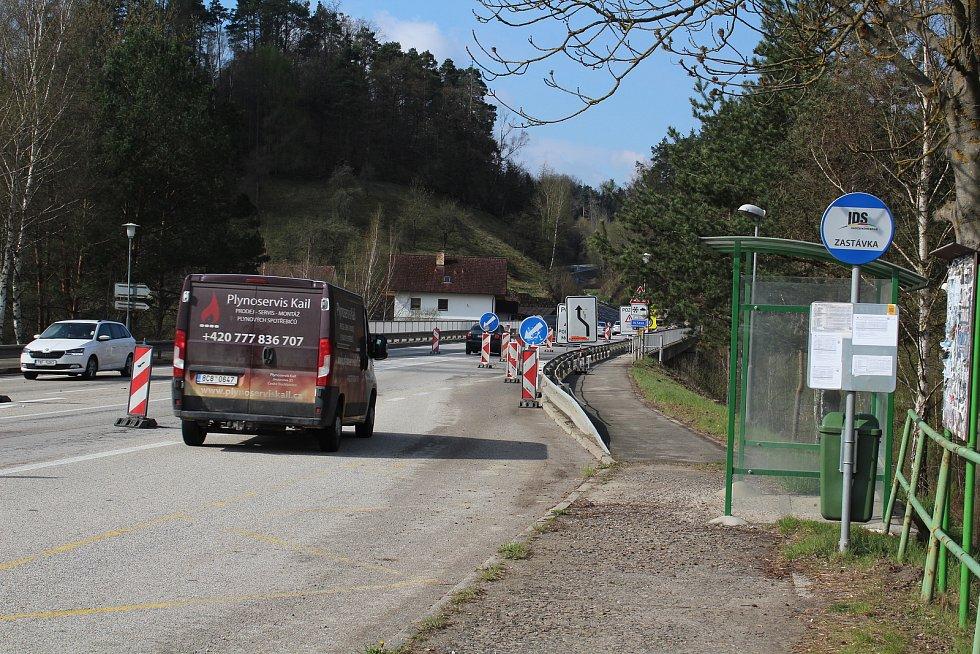 Na silnici kolem rájovského mostu vyrostl les dopravních značek. Začala oprava mostu.