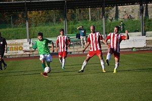 Jediný, kdo v nepovedeném utkání v dresu Slavoje snad snesl nějaké přísnější měřítko, byl bojovník Dominik Tůma (vlevo u míče v blatenském obležení).