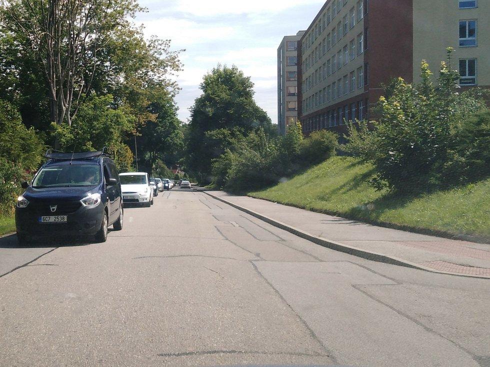 Řetězová nehoda na hlavním tahu Českým Krumlovem, v ulici Pod Kamenem, zkomplikovala provoz. Osobní auta město musela projíždět kolem Vyšehradu.