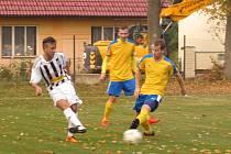 Oblastní I.B třída (skupina A) - 11. kolo: TJ Blesk Klikov (žluté dresy) - FK Spartak Kaplice 5:1 (4:0).