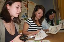 Na úterní den otevřených dveří nachystali studenti oboru sociální činnost i česko–romské pexeso. Na snímku zleva Lucie Hawelková, Dominika Faflová a Linda Pechová.