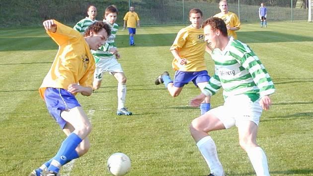 Ač obrana krumlovského béčka byla místy pod velkým tlakem, tak při šancích Měchury, Friše nebo Pavla Sluky (vlevo u míče ve snaze obejít hostujícího Jana Petříka) odolala.