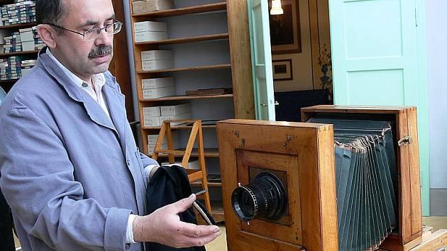 Petr Hudičák u jednoho z původních ateliérových fotoaparátů rodiny Seidelových. Přístroje jsou dodnes plně funkční.