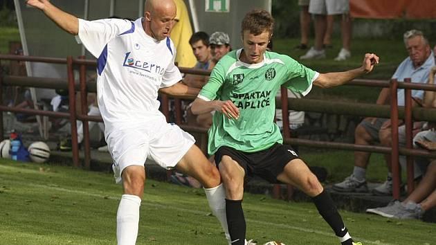 V minulém kole Kapličtí doma udolali nováčka z Rudolfova v poměru 3:1 (zprava v souboji Tomáš Faltus a hostující Václav Čapek).