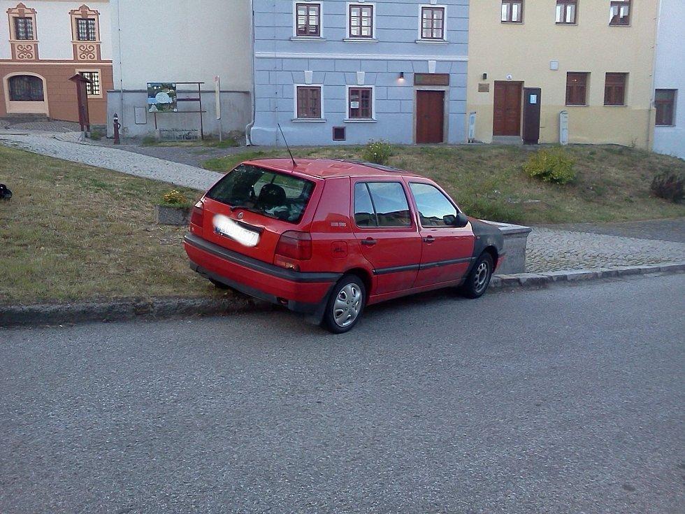Na kašnu ve Velešíně přistálo auto. Foto archiv města
