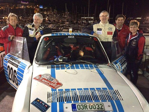 Karel Mach a Jan Bláha (v kombinézách zprava) s doprovodem v cíli 19. Rallye Monte-Carlo Historique.