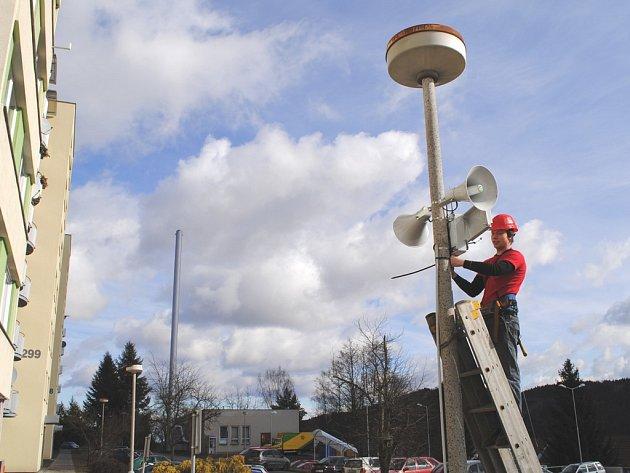 Tomáš Stodůlka při montáži protipovodňového systému ve Větřní.