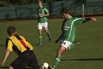 S krumlovským trávníkem se při derby s Milevskem loučil Lukáš Vacek (u míče).