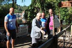 Zleva: Václav Chalupa, Václav Husa, Radek Šťovíček a Dalibor Carda u modelu tzv. předáku na krumlovském přístavišti Parkán.
