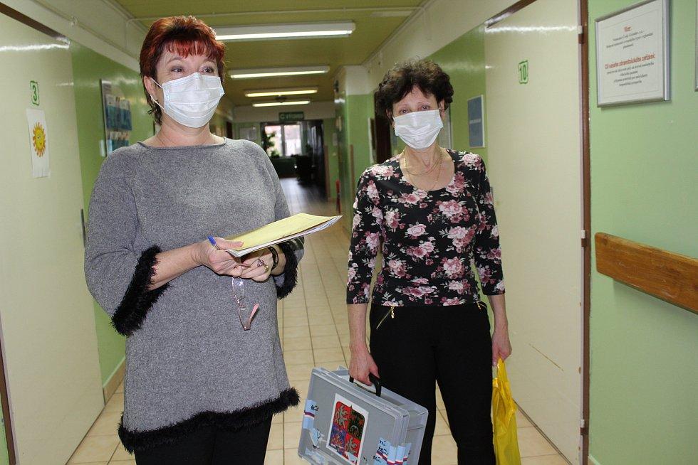 Členky komise číslo 9 absolvovaly pochůzku po nemocnici s přenosnou urnou v rouškách.