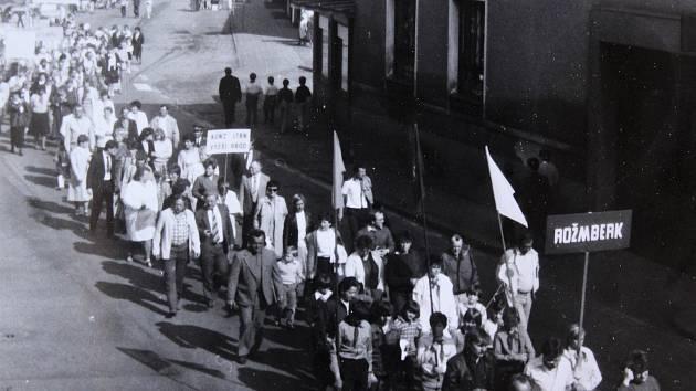 Prvomájový průvod ve Vyšším Brodě v roce 1988.