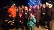 V době předvánočního shonu se sešlo u vánočního stromu před kulturním domem 142 Frymburáků, aby spojilo své hlasy v rámci akce Česko zpívá koledy.