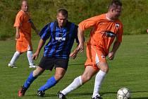 Skóre derby mezi Chvalšinami a Frymburkem otevřel hostující špílmachr Erik Koršala (u míče před Ladislavem  Lamačem).