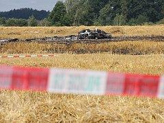 Tragická nehoda ultralehkého letadla se stala v neděli dopoledne nedaleko Prostředních Svinců. Po pádu na strniště letoun vzplál a dvoučlenná osádka zahynula