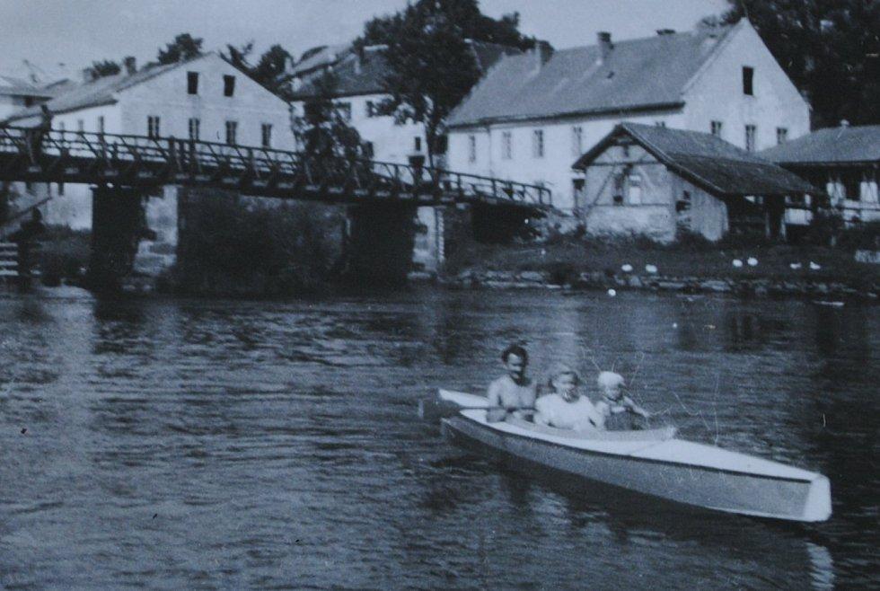 Josef Junek s manželkou Malvínou a dcerou Dagmar, provdanou Krolovou, která ve Frymburku stále žije s manželem Emilem.