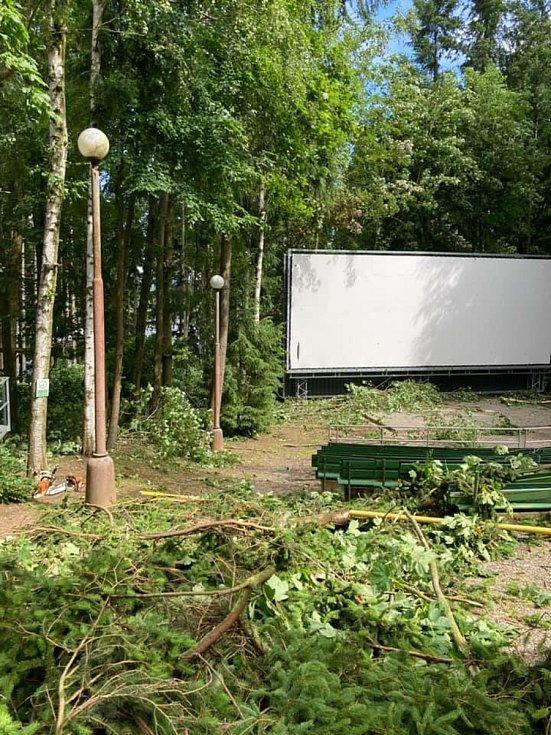 Letní kino v Černé v Pošumaví po středeční bouřce.