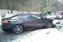U Jenína se srazila dvě osobní auta. Tři osoby při nehodě utrpěly zranění.