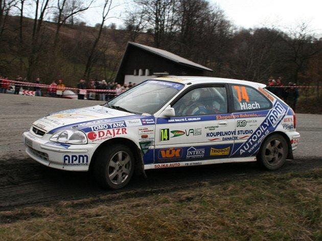 Stříbrné poháry za druhé místo ve třídě N do 1600 ccm si přivezli z letošní Cetelem Valašské rally Patrik Hlach s Jiřím Venušem (na snímku ze závěrečné polookruhové rychlostní zkoušky Juřinka).