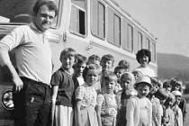 Školní výlet vyšenských dětí z června 1972 na Lipno. A budova školy.