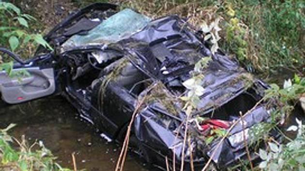 Ve zdemolovaném vozidle zemřel ve středu u Kájova pětadvacetiletý řidič.