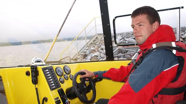Na snímku u volantu záchranář Jan Wimmer.