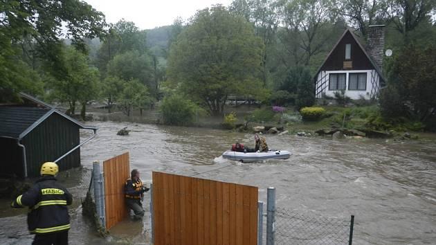 Hasiči zachraňují obyvatele chatky v Dobrkovicích.