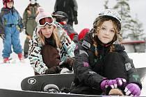 Zatímco bruslení na připravených ledových dráhách na lipenském jezeře kvůli oteplení skončilo, na lyžování ve Ski areálu Lipno se nijak nepodepsalo.