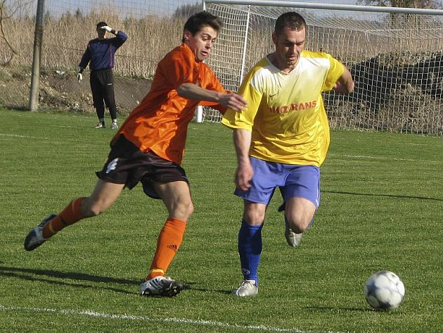 Na jubilejní desátou výhru v sezoně se favorizovaní Křemežští v derby s Dolním Dvořištěm nečekaně nadřeli (zprava v souboji domácí Stanislav Brabec a hostující Petr Varhol).