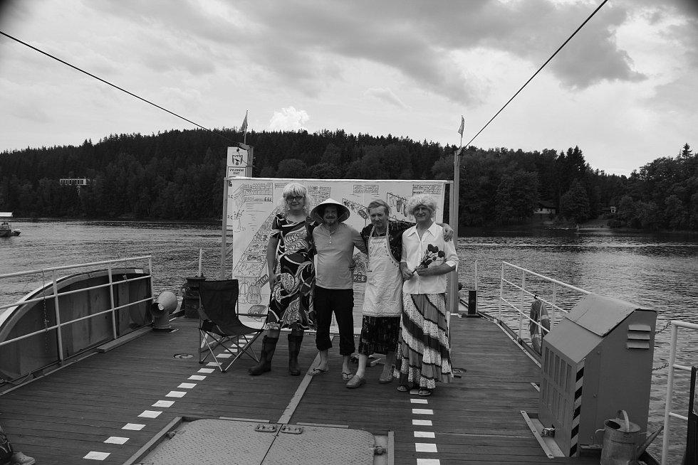 Pohádková představení zažily děti při jízdě na přívozu.