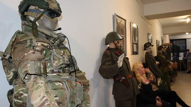 Nebojte se ozbrojenců v lese, to jsou jenom nadšenci military airsoft . Neobvyklou výstavu si můžete prohlédnout v kaplickém kině.