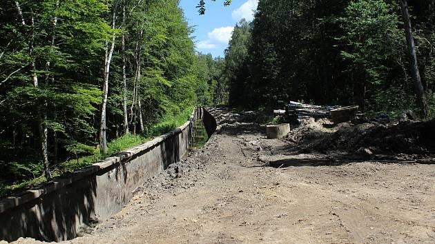 Práce na loučovickém kanálu během léta.