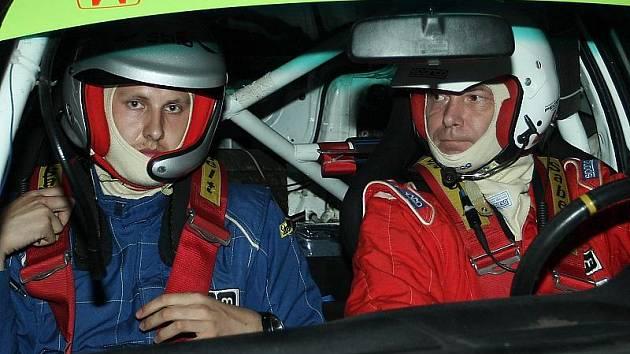 Letošní Barum rally bude pro Jana Jakubce i Pavla Kacerovského (zprava) velkou výzvou i neznámou. Oba se dnes postaví na start naší nejprestižnější soutěže vůbec poprvé.