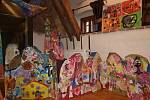 Výtvarné práce dětí z kroužku Tvořeníčko, při němž se scházejí v mateřském centru Klubíčko, jsou ve velešínském kulturním centru U Jakuba k vidění do pátku 18. května.