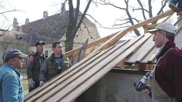 Kašny přišly o zimní střechu a pomalu se naplňují.