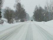 Studánky. Na Krumlovsku jsou silnice prohrnuté, místo jsou ale pokryté vrstvou sněhu, ať čístého, nebo prosoleného.