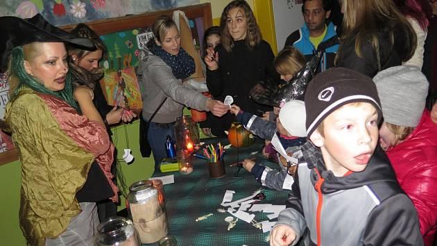 Haloweenská cesta Kaplicí a strašidelným domem dětí a mládeže.